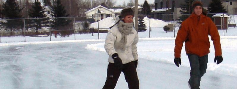 Deux personnes patinant sur une patinoire extérieure
