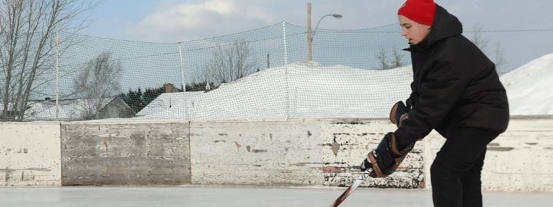Une personne jouant au hockey sur une patinoire extérieure